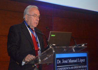 """Dr. José Manuel López efectuando la Conferencia """"60 años SOCHED""""."""